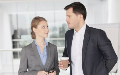 コーヒーを飲むビジネスマン二人