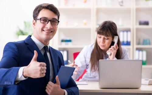 親指を立てるビジネスマンと女性
