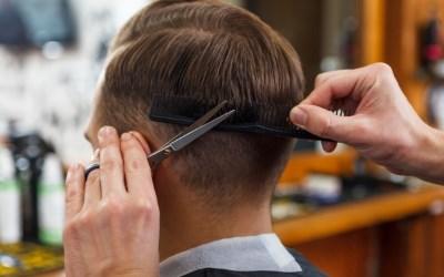 散髪する男