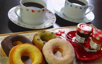 十分な量のドーナツとコーヒー