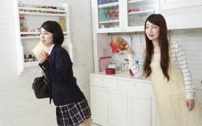 キッチンにいる女子高生と母親