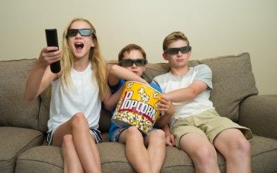 ソファーでテレビを見る子供たち