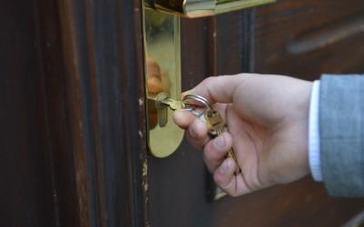 ドアに鍵をかける