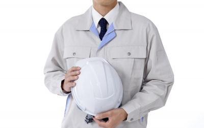 ヘルメットを持つ男性
