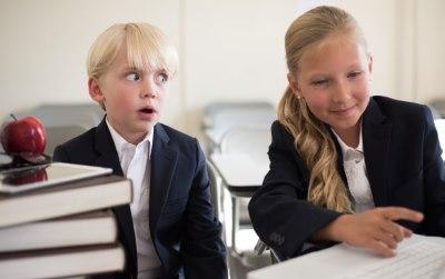 勉強する二人の子供