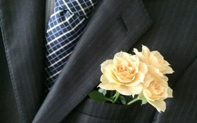 スーツにバラ