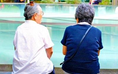 会話する老女二人