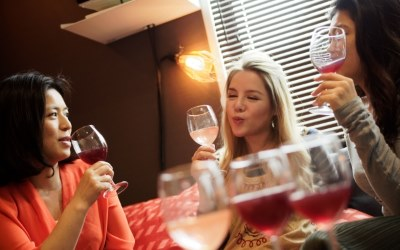ワインを飲んで噂話を楽しむ3人