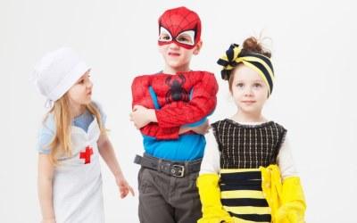 仮装した子供3人