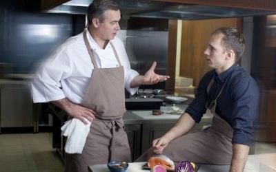 厨房で議論する男性二人