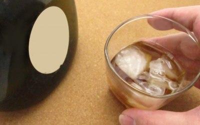 梅酒のグラスを持つ手