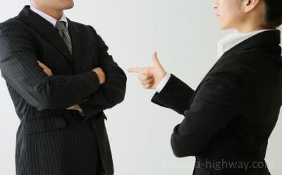 議論する会社員