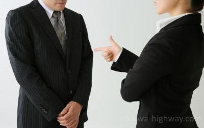 男性社員を叱る女性
