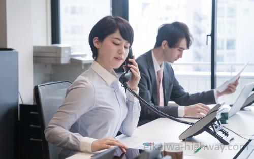 電話対応する会社員の女性