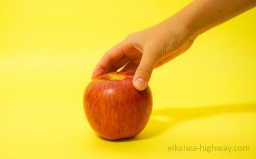 リンゴをつかむ手