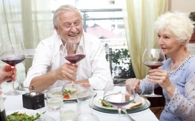 食事をする叔父と叔母