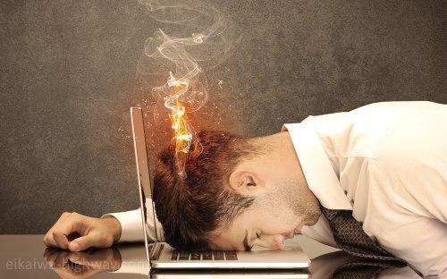 ノートパソコンに頭をぶつける男