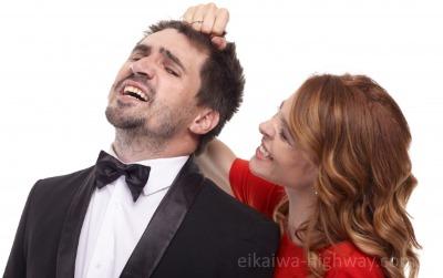 男性をやっつける女性