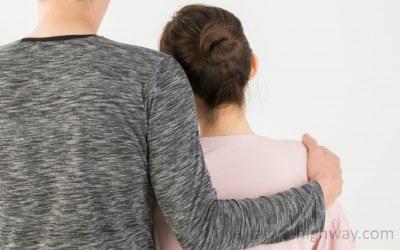 肩を抱くカップル