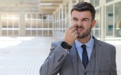 鼻毛を抜く男性