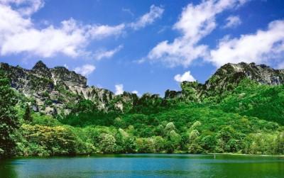 畏敬の念を感じる湖と山