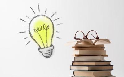 本の山と電球