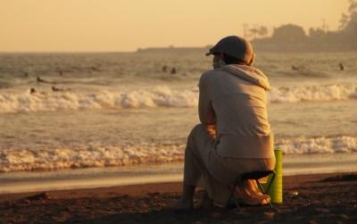 海岸にいる男性