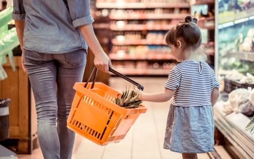 買い物をする母と娘