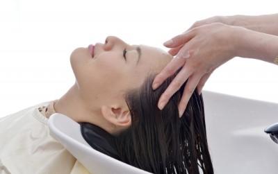 洗髪する女性