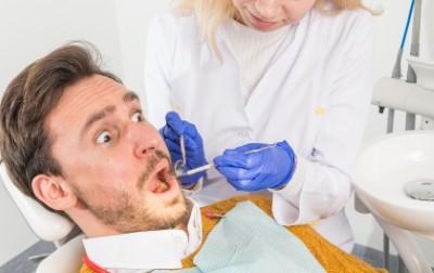 歯医者にいる男性