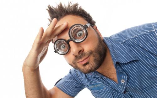 丸眼鏡の男