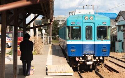 電車を見送る人