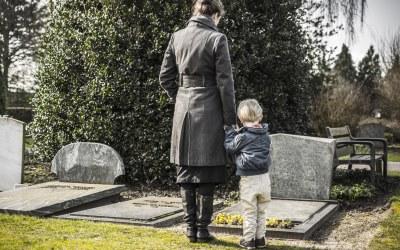 墓参りをする母子