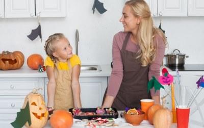 料理する母と娘