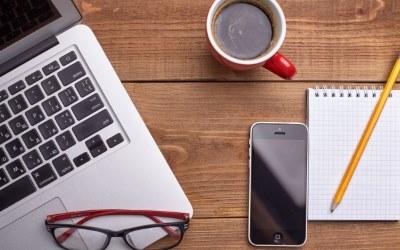 パソコン、ノート、コーヒー