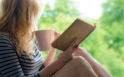 リラックスして本を読む女性