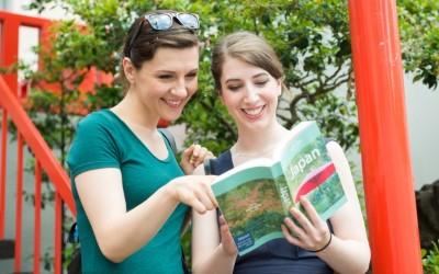 本を見る外国人女性二人