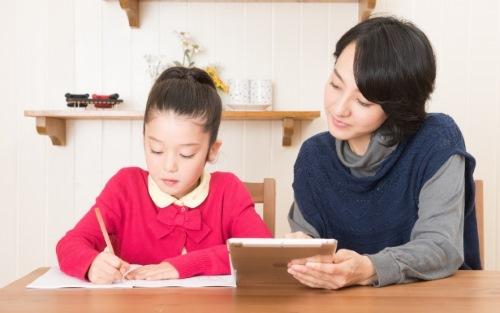母と娘、宿題をする