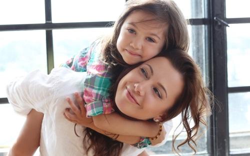 娘を背負う母親