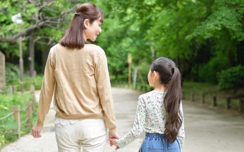 公園を散歩する母娘