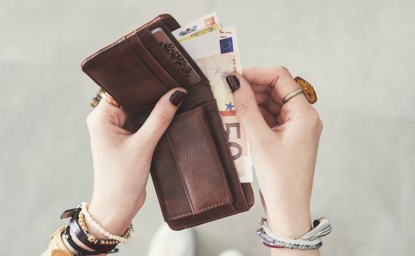 財布を持つ女性の手
