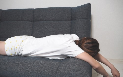 ソファーでグッタリする女性