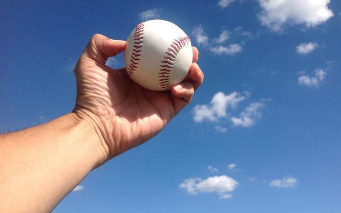青空と野球のボール