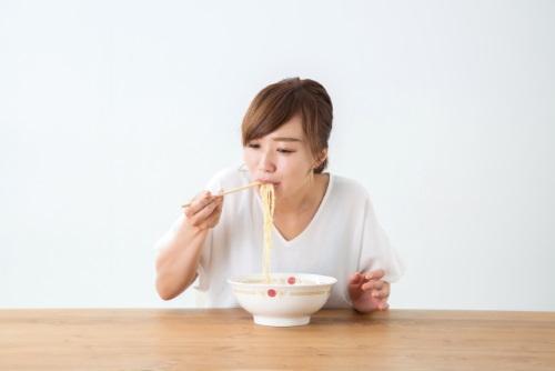 ラーメンを食べる女性