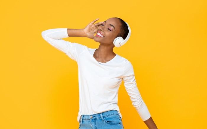 ヘッドフォンで音楽を聴く黒人女性