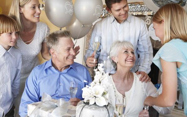 結婚記念日を祝う家族