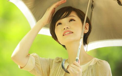 日傘を差した女性