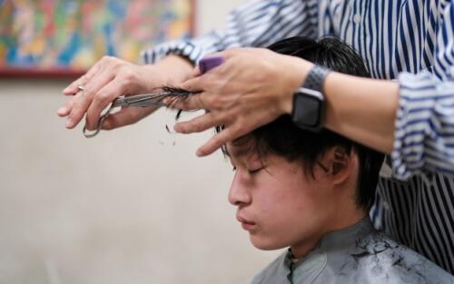 散髪する少年