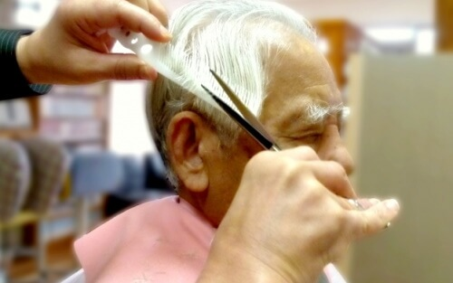 散髪する老人