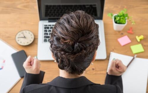 パソコンと女性の後ろ姿